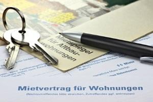 Ein Anwalt in Köln mit Spezialgebiet Mietrecht prüft Mietverträge und Widersprüche.