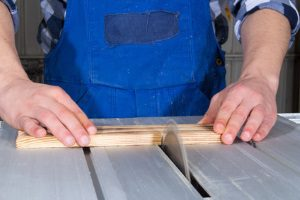 Nach dem Mietrecht darf eine Renovierung Teil des Mietvertrags sein, große Reparaturen jedoch nicht.